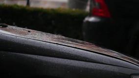 El parabrisas y el limpiaparabrisas mojados del coche del primer con lluvia caen en llover la estación almacen de metraje de vídeo