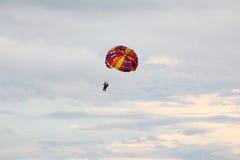 El paracaídas del Parasailing libera Flyin Foto de archivo