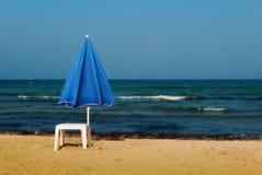 El paraguas azul Imagen de archivo