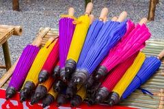 El paraguas de bambú doblado tailandés colorido vendió en el mercado Imagen de archivo
