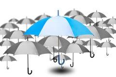 El paraguas excepcional con el pequeño paraguas en color monocromático en el fondo blanco, el éxito y solos eligen de muchas opci libre illustration