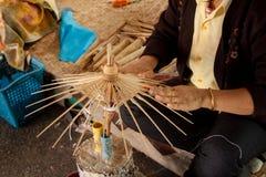 El paraguas hizo el papel de la forma Imagenes de archivo