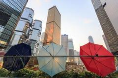 El paraguas que muestra por todas partes debajo ocupa campaña central Imagenes de archivo