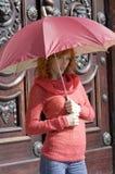 El paraguas rojo Imagenes de archivo