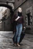 El parecer que camina de la mujer curioso en la ciudad Imagen de archivo