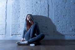 El parecer triste y asustado de la sensación de la muchacha del adolescente o de la mujer joven abrumado y presionado Foto de archivo libre de regalías