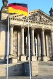 El Parlamento alemán y bandera alemana en Berlín, vertical Imagen de archivo libre de regalías