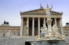 El parlamento austríaco, Viena, es una vista en el rin Imagen de archivo libre de regalías