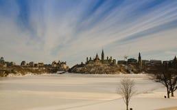 El parlamento canadiense en el invierno imagen de archivo