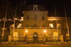 El parlamento contiene Brisbane en la noche Fotos de archivo libres de regalías