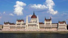 El parlamento contiene en lapso de tiempo de la vista delantera de Budapest almacen de metraje de vídeo