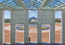 El parlamento de Australia contiene la parte del campo cercana a la red Imagen de archivo libre de regalías