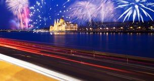 El parlamento de Budapest con los fuegos artificiales Imagen de archivo
