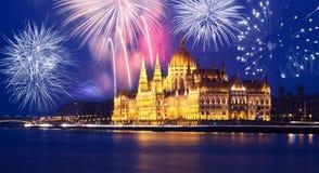 El parlamento de Budapest con los fuegos artificiales Foto de archivo libre de regalías