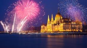 El parlamento de Budapest con los fuegos artificiales Imagen de archivo libre de regalías