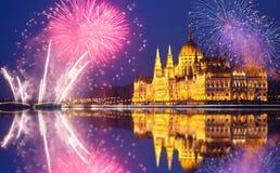 El parlamento de Budapest con los fuegos artificiales Imagenes de archivo