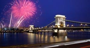 El parlamento de Budapest con los fuegos artificiales Fotografía de archivo libre de regalías