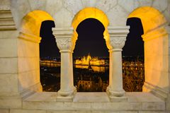 El parlamento de Budapest en la noche imagen de archivo