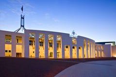 El parlamento de Canberra contiene en el crepúsculo fotos de archivo libres de regalías