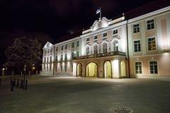 El parlamento de Estonia en Tallinn en la noche Imágenes de archivo libres de regalías