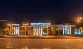 El parlamento de la República de Tayikistán en Dushanbe en la noche imagen de archivo