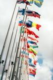 El parlamento de la unión europea todas las banderas de países Imagen de archivo libre de regalías