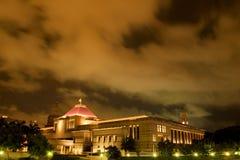 El parlamento de Singapur contiene en la noche fotos de archivo