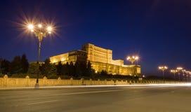 El parlamento en la noche, Rumania Fotos de archivo