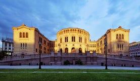 El parlamento en la puesta del sol, Noruega de Oslo Stortinget Fotografía de archivo libre de regalías