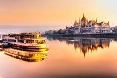 El parlamento en la salida del sol, Hungría de Budapest Imagenes de archivo