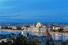 El parlamento húngaro en la noche Imagen de archivo libre de regalías