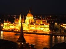 El parlamento húngaro en la noche Fotos de archivo
