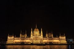 El parlamento húngaro Orszaghaz en Budapest, capital de Hungría, tomado durante una noche oscura fotografía de archivo libre de regalías