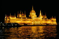 El parlamento húngaro que construye la asamblea nacional del lanzamiento de la noche de Hungría Imágenes de archivo libres de regalías