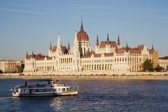 El parlamento húngaro y un agua-autobús en Budapest Foto de archivo libre de regalías