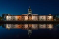 El parlamento irlandés en la noche en Dublín Fotos de archivo libres de regalías