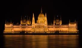 El parlamento que construye Budapest en la noche imagen de archivo libre de regalías
