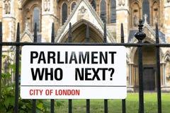 ¿El parlamento, quién después? Placa de calle de Londres Foto de archivo