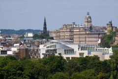 El parlamento y ciudad escoceses de Edimburgo fotografía de archivo