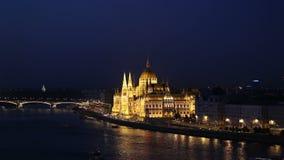 El parlamento y el río Danubio de Budapest almacen de metraje de vídeo