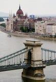 El parlamento y puente de cadena en Budapest, Hungría Foto de archivo libre de regalías