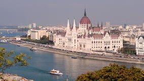 El parlamento y el río Danubio de Budapest almacen de video