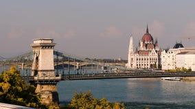 El parlamento y el río Danubio de Budapest metrajes