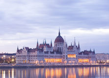 El parliamtn húngaro en el amanecer temprano. Fotos de archivo