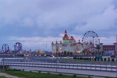El parque de atracciones y las atracciones de Sochi parquean, hotel Fotos de archivo libres de regalías