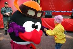 El parque de la ciudad del animador del actor en el héroe Smeshariki divertido de la historieta de la muñeca del traje entretiene Foto de archivo
