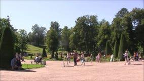 El parque de la fuente de Petergof, colina del tablero de ajedrez almacen de metraje de vídeo