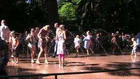 El parque de la fuente de Petergof la mayoría de la diversión interesante almacen de metraje de vídeo