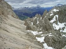 El parque de naturaleza alrededor grupos en las dolomías, Italia de la montaña de Odle y de Puez imagen de archivo libre de regalías