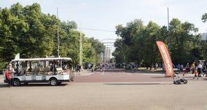 El parque de Sokolniki con la gente, los turistas y los marinos de la marina de guerra disfrutan del día de verano Fotografía de archivo